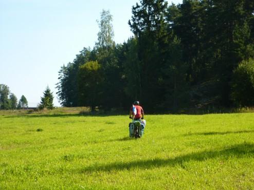 Cyclotouriste dans les champs
