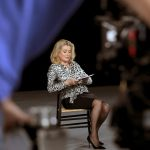 Billet chiffon : Catherine Deneuve lit la mode … et met la fashion week à l'envers !