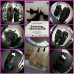 Exposition Balenciaga: œuvre au noir et sculpture d'étoffes