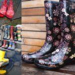 Chapeau melon et bottes de pluie : comment être élégante sous l'averse !